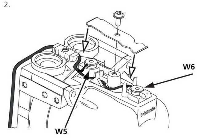 Рис. 919 Установите удерживающую пластину, обратите внимание на расположение кабельного жгута и положение датчиков W5 и W6
